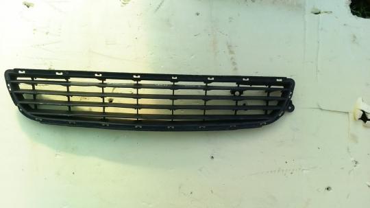 Решетка в бампер центральная Opel Zafira B до рест 13124978