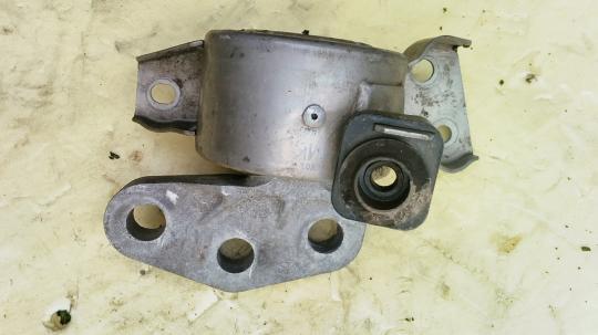 Опора двигателя правая  Opel Corsa D 13130741
